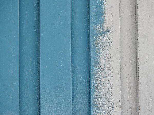 stendere la vernice sul legno